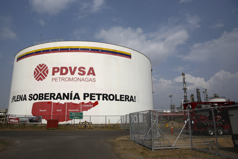Un estanque petrolero de PDVSA en el complejo industrial José Antonio Anzoátegui en Anzoátegui, Venezuela, abr 15 2015. Venezuela preferiría que la petrolera estadounidense Harvest Natural abandonara sus operaciones en el país, pero antes quiere que venda su participación en el proyecto que comparte con PDVSA a una empresa con músculo financiero para hacer grandes inversiones, dijo el presidente de la estatal venezolana.  REUTERS/Carlos Garcia Rawlins